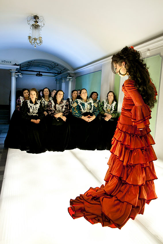 Romska kvinnor i traditionella klänningar ser en föreställning med Carmen.