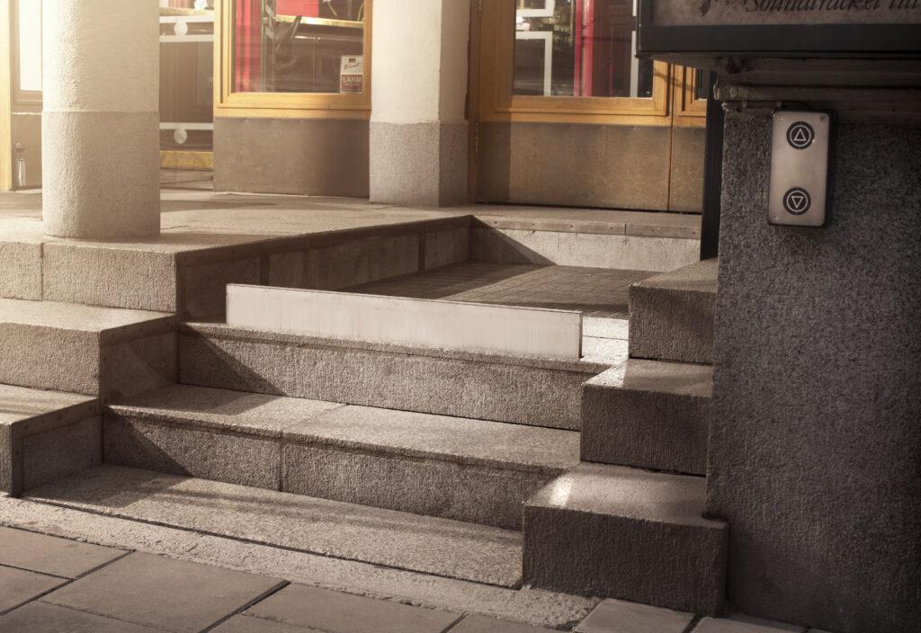 Handikapphissen i Folkoperans entré är inbyggd i den befintliga trappan.