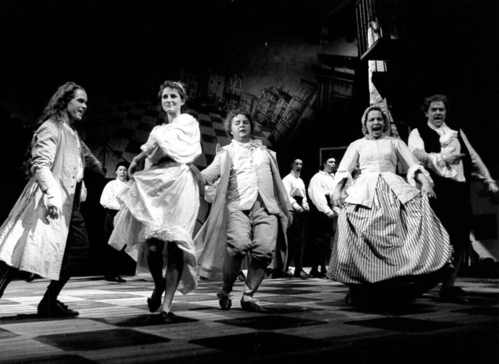 En svartvit bild på ett dansande gäng torpare.