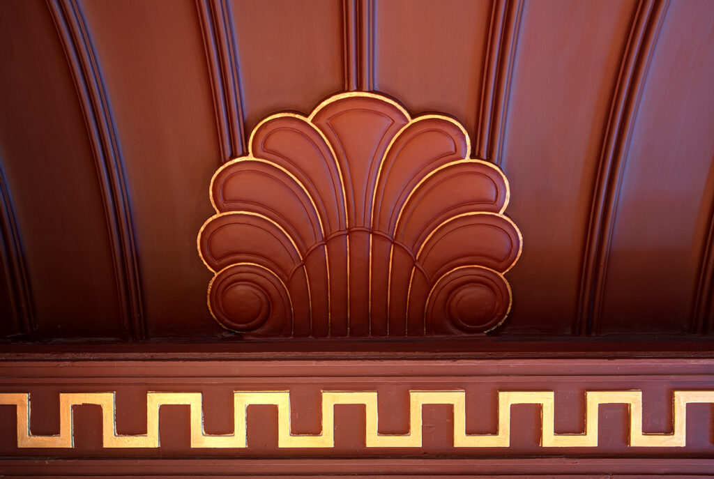 Folkoperans nuvarande salong med oxblodsfärgade väggar med gulddetaljer.