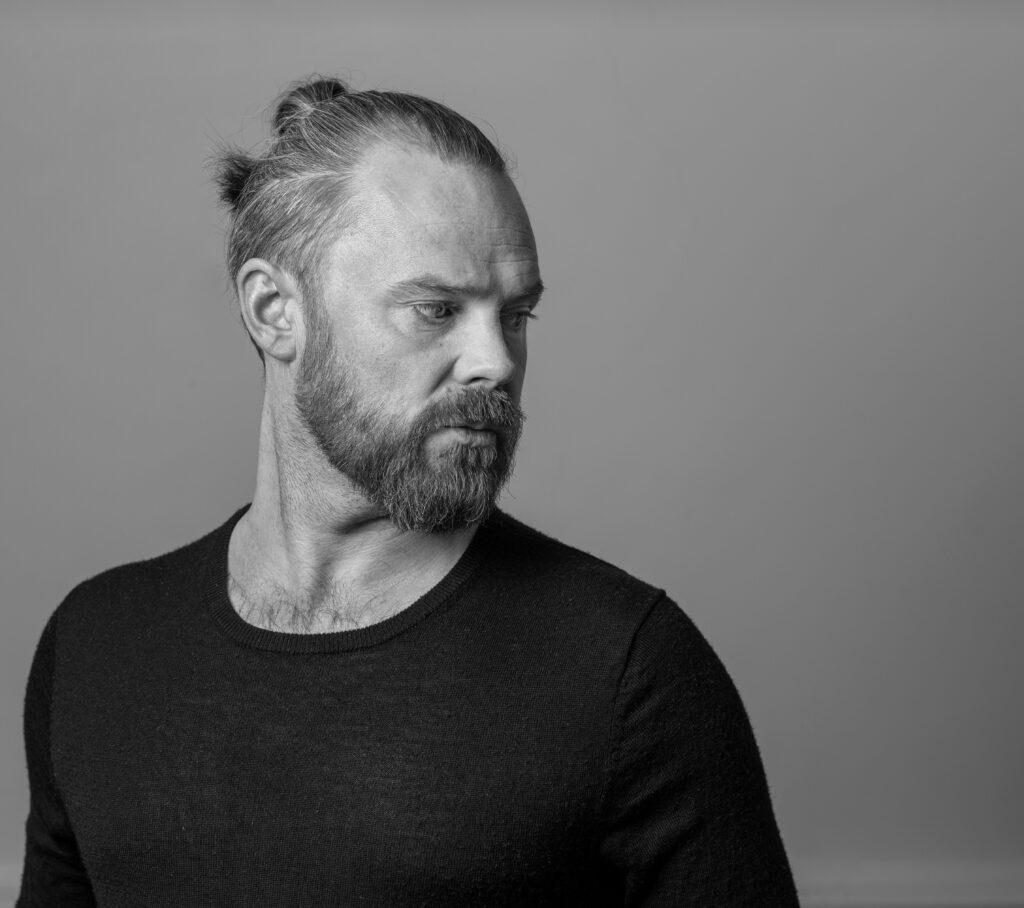 Svartvitt porträtt av operasångaren Kjetil Støa.