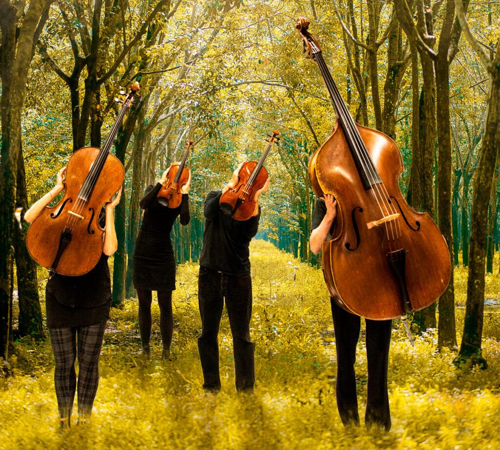 Fyra cello med ben dansar i en skog.